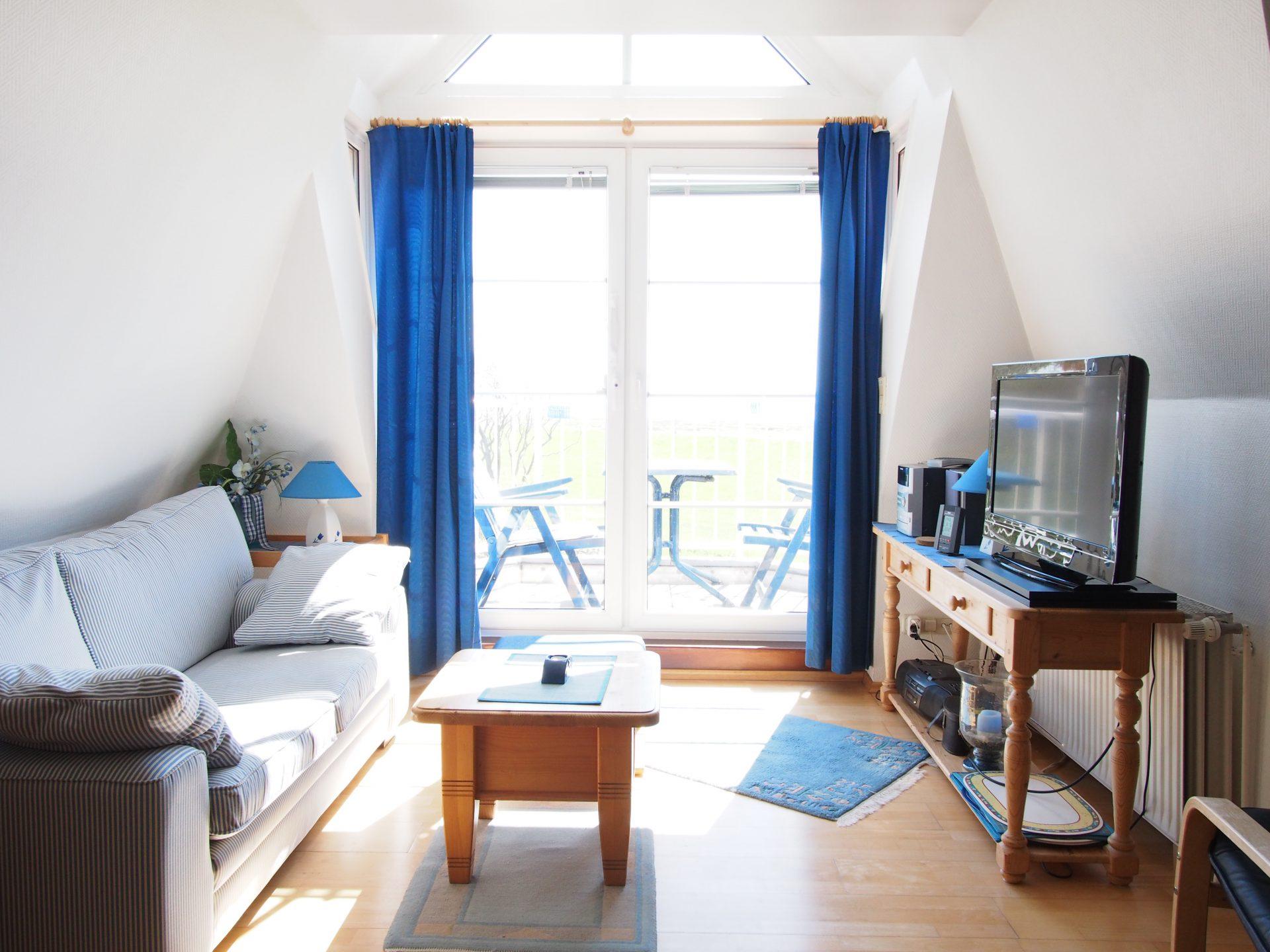 Das helle Wohnzimmer mit Blick auf das Meer