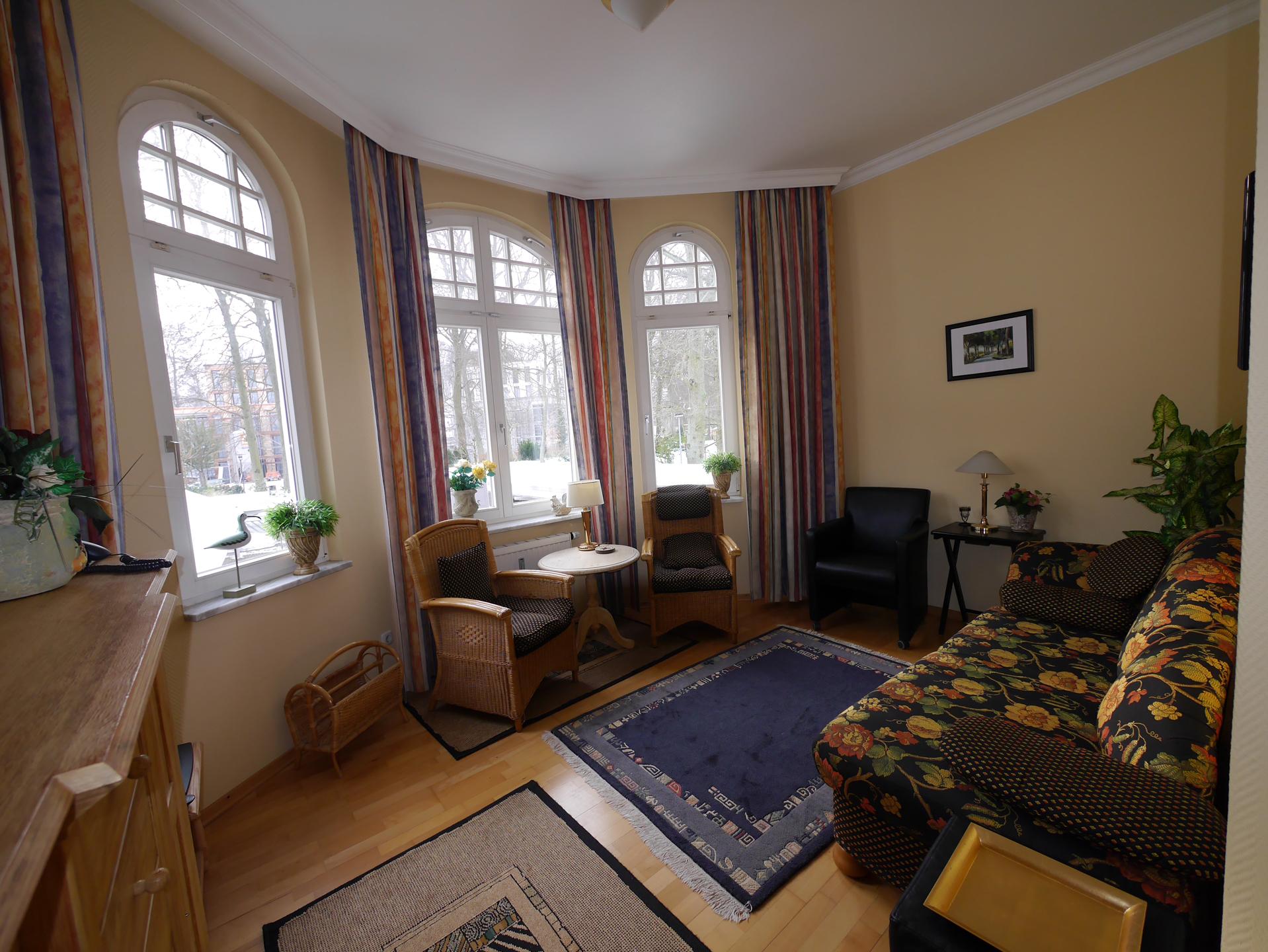 Das gemütliche Wohnzimmer mit hochwertigen Möbeln und rundum Ausblick