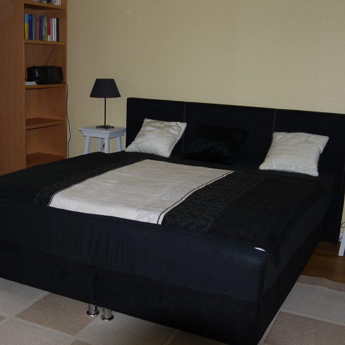 Das zweite Schlafzimmer mit einem hochwertigen Boxspringbett.