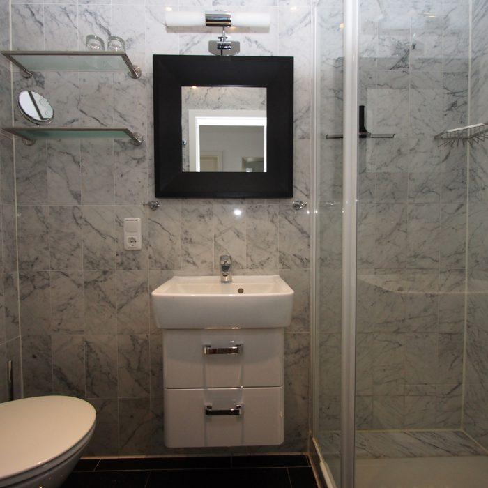 Das zweite Bad ebenfalls mit Marmor und voller Ausstattung