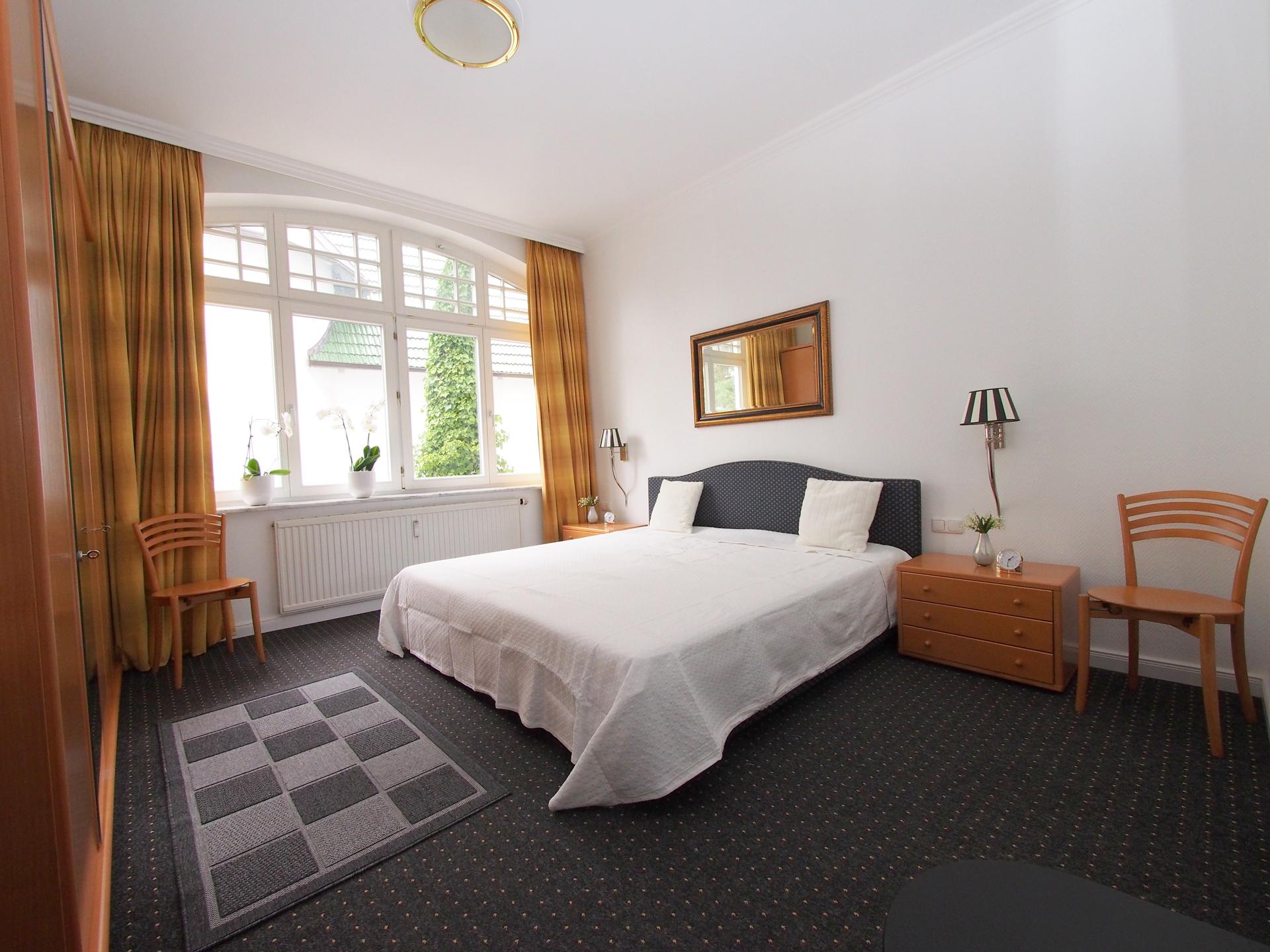 Das große Schlafzimmer mit hochwertigen Hotelbetten und direktem Zugang zum eigenen Bad