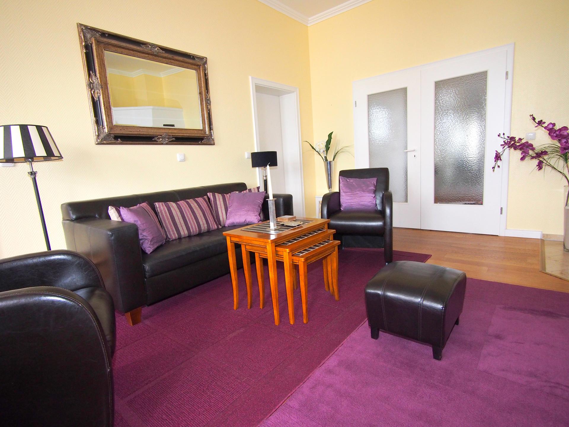 Das exklusive und hochwertige Wohnzimmer mit Leder und Holz Möbeln