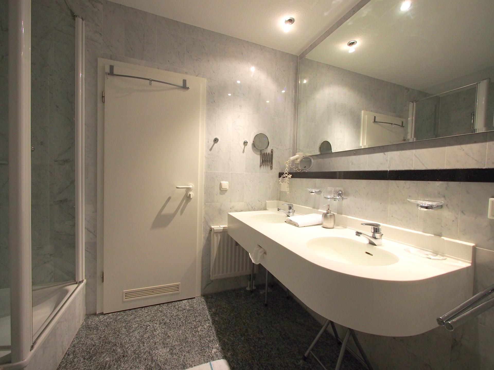 Das exklusive echt Marmor Badezimmer mit viel Platz