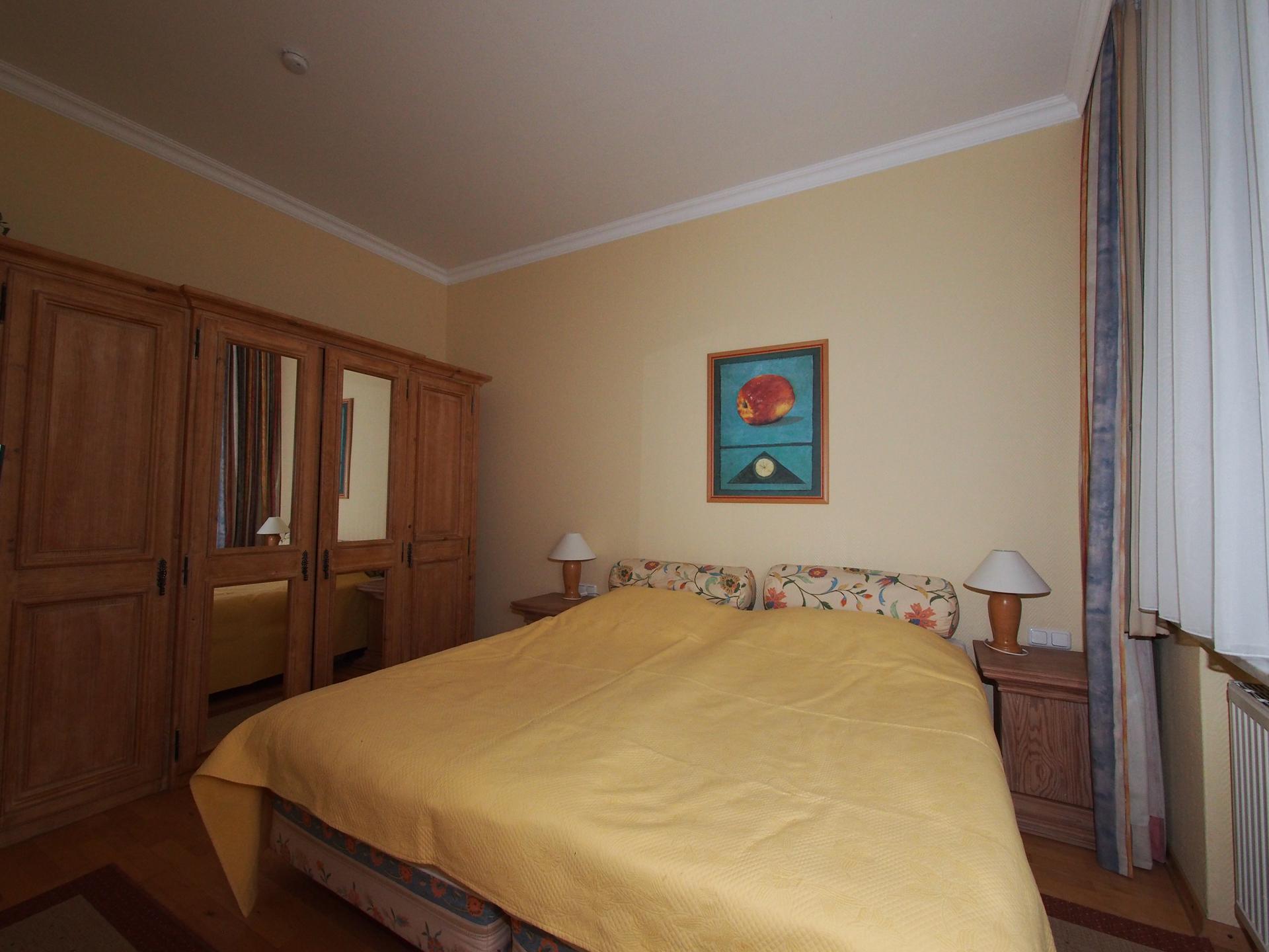 Das Echtholz Schlafzimmer mit Betten in 5 Sterne Hotelqualität